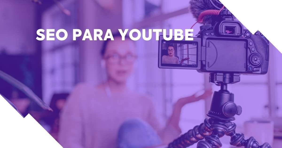 Mulher gravando vídeo para YouTube. Imagem com o texto: SEO Para YouTube